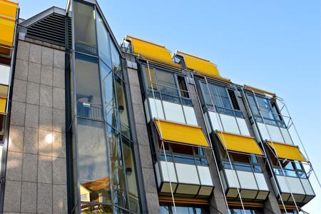 Insynsskydd och balkongmarkis är två typer av solavskärmning.
